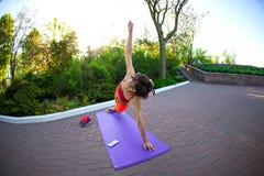 Yoga nelle vie della città Fotografie Stock