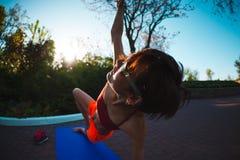 Yoga nelle vie della città Fotografia Stock