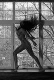 Yoga nuda, ente sexy nudo flessibile della giovane donna sulla finestra Fotografie Stock Libere da Diritti