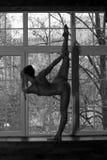 Yoga nuda, ente sexy nudo flessibile della giovane donna sulla finestra Fotografie Stock