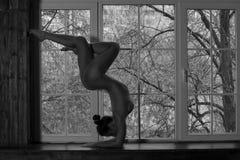 Yoga nuda, ente sexy nudo flessibile della giovane donna sulla finestra Fotografia Stock