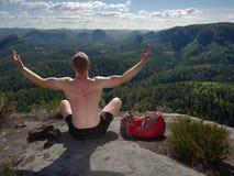 Yoga och meditation för medelålders man övande i berg royaltyfri fotografi