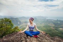 Yoga och meditationen för ung kvinna att dra sig tillbaka praktiserande i berg under lyxig yoga i Thailand, Asien arkivfoto