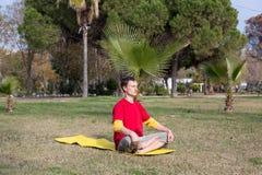 Yoga och meditera för ung man praktiserande royaltyfri foto