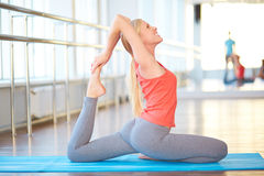 Yoga och sträckning arkivbild
