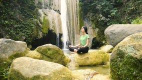 Yoga och vattenfall stock video