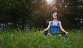Yoga op de aard Stock Fotografie