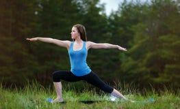 Yoga op de aard Royalty-vrije Stock Foto's