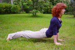Yoga op de aard Royalty-vrije Stock Afbeeldingen