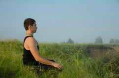 Yoga op de aard Royalty-vrije Stock Afbeelding