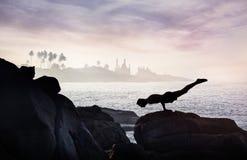 Yoga op de rots Stock Foto
