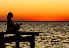 Yoga op de zonsondergang Royalty-vrije Stock Foto's