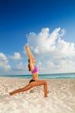 Yoga op het ochtendstrand Royalty-vrije Stock Foto