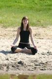 Yoga op het strand Royalty-vrije Stock Afbeeldingen