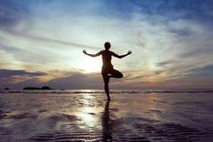 Yoga op het strand Royalty-vrije Stock Foto's