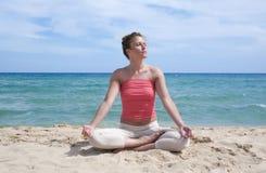 Yoga op het strand Stock Fotografie