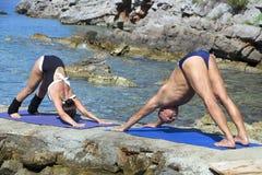 Yoga op het strand Stock Foto's