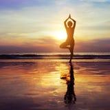 Yoga op het strand stock afbeelding