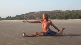 Yoga op het strand stock footage