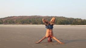 Yoga op het strand stock video