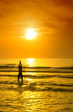 Yoga op het strand na de volle maanpartij, Koh Phangan, Thaila Stock Fotografie