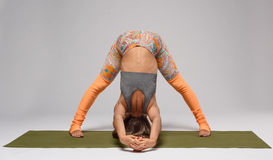 Yoga op mat in studio Royalty-vrije Stock Fotografie