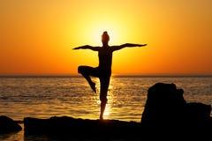 Yoga op zonsondergang Stock Foto's