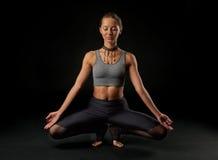 Yoga op zwarte achtergrond Stock Foto's