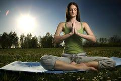 Yoga in openlucht stock afbeeldingen