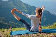 Yoga in openlucht in bergen royalty-vrije stock fotografie