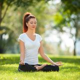 Yoga openlucht De gelukkige vrouw die yogaoefeningen doen, mediteert Royalty-vrije Stock Fotografie