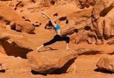 Yoga openlucht op rots Royalty-vrije Stock Foto
