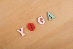 yoga Ord på träbakgrund som komponeras från träbokstäver för färgrikt abc-alfabetkvarter, kopieringsutrymme för annonstext Arkivbild