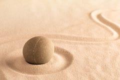 Yoga ou fond de bien-être de station thermale, sable japonais et jardin en pierre images libres de droits