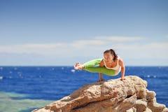 Yoga på berget Arkivbilder