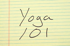 Yoga 101 på ett gult lagligt block Royaltyfri Fotografi