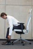 Yoga på för affärsman för stol i regeringsställning - att öva Fotografering för Bildbyråer