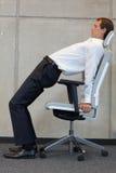 Yoga på för affärsman för stol i regeringsställning - att öva Arkivfoton