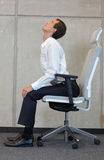 Yoga på för affärsman för stol i regeringsställning - att öva Royaltyfria Bilder