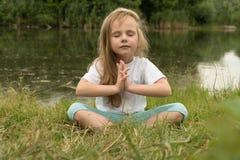 Yoga på flodbanken arkivfoto