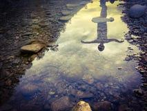 Yoga på floden Arkivbild
