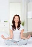 Yoga på säng Arkivbild
