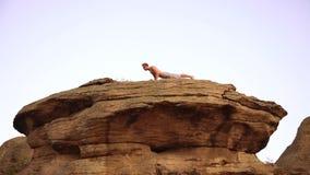 Yoga på solnedgången stock video