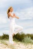 Yoga på strand Arkivfoto