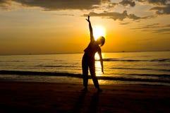 Yoga på stranden Arkivbild