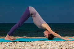 Yoga på stranden Royaltyfri Foto