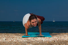 Yoga på stranden Royaltyfri Bild