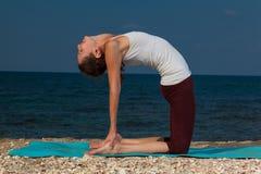 Yoga på stranden Arkivbilder