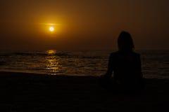 Yoga på stranden Arkivfoton