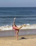 Yoga på stranden av Goa Royaltyfria Bilder